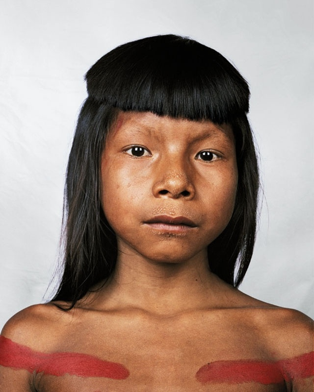 James Mollison    A índia brasileira Ahkohxet, 8, posa para foto na Amazônia