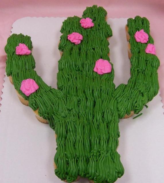 Torta de cactus hecha con cupcskes, fabulosa. #FiestaMexicana