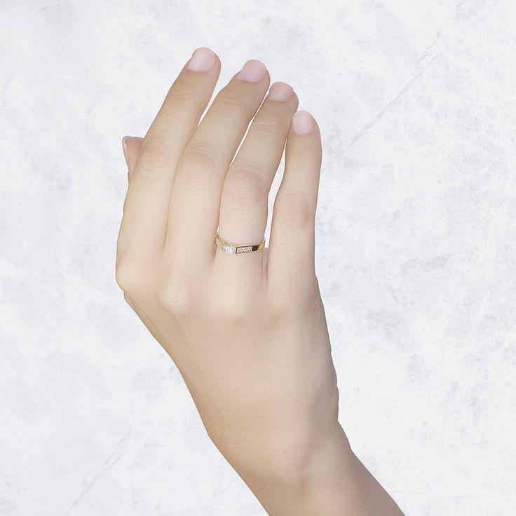 Este anillo de compromiso en oro amarillo de 18 quilates tiene 9 diamantes de 0.28ct. Una joya ideal para un gran momento.