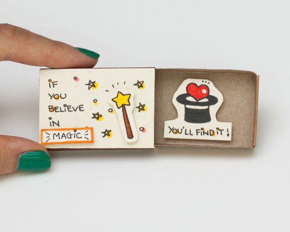 "Lindo divertido estímulo tarjeta Matchbox / caja de regalo / caja de mensajes ""Si crees en la magia, lo encontrará"" / OT044"