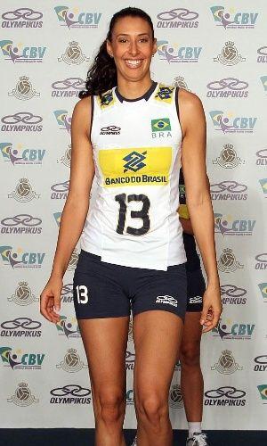 Sheila desfila com o uniforme branco que será usado pela seleção feminina de vôlei