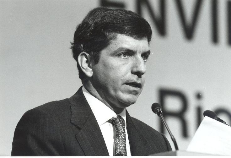 César Gaviria Trujillo: 1990-1994 (Pereira, marzo 31 de 1947). Durante su administración se promovió el proceso de apertura económica, se creó el Ministerio de Comercio Exterior (ley 07 de enero 16 de 1991), se redujeron los aranceles y las barreras al comercio, se abrieron las puertas a la inversión extranjera, se impulsó la primera zona libre de comercio en el continente americano.Colombia lideró el proceso de integración regional y subregional.