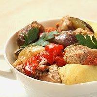 Mięso z warzywami pieczone w garnku rzymskim