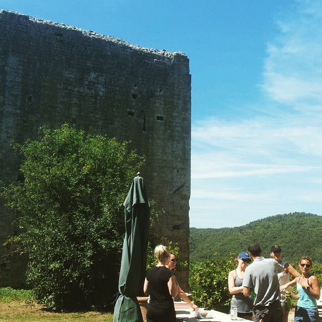 Our snack spot today on the hike through the Valdambra #tuscany #tuscanfitness #hiketuscany #discovertuscany #tuscanybuzz