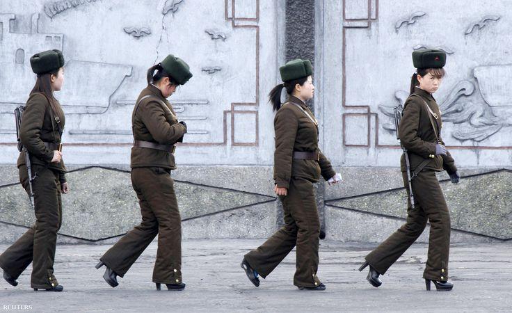 Észak-Koreai katonanők járőröznek a kínai határ közelében, a Yalu folyó mentén.                         Az észak-koreai vezetés idén tette kötelezővé a 17-20 éves lányoknak a katonai szolgálatot. A férfiakkal szemben, akik 10 év katonai szolgálatot kötelesek teljesíteni a nőknek csak legfeljebb 23 éves korukig kell szolgálniuk. A nők eddig csak önkéntesként csatlakozhattak hadsereghez,  de a magas csecsemőhalandóság és az alacsony termékenység egyre kevesebb férfi utánpótlás érkezett a…