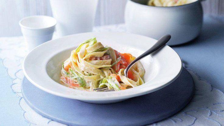 Przygotuj pyszne i wykwintne danie ze szparagami! Przepis na makaron i szparagi w kremie z łososia znajdziesz na stronie Kuchni Lidla!
