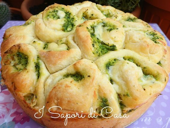 Torta delle rose salata farcita con zucchine e formaggio cremoso. Antipasto o piatto unico perfetto preparato da I Sapori di Casa