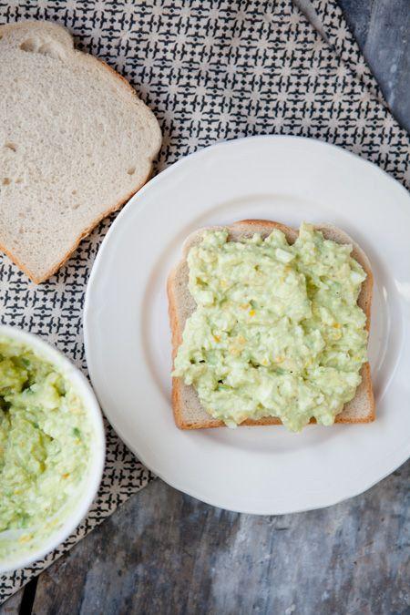 Ich habe eine Eiersalat-Sperre. Ich weiss nicht warum, aber irgendwie konnte ich mich in meinem ganzen Leben noch nie mit klassischem Eiersalat anfreunden. Vielleicht liegt es daran, dass ich nicht der größte Fan von hart gekochten Eiern bin, vielleicht daran, dass ich keine Salate mit Mayonnaise mag. Vermutlich ist es die Kombination aus beidem! Versteht …