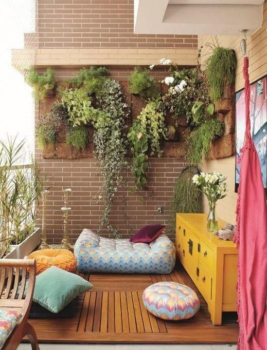 vertikale wandbegrünung balkon hängepflanzen sitzkissen holzboden