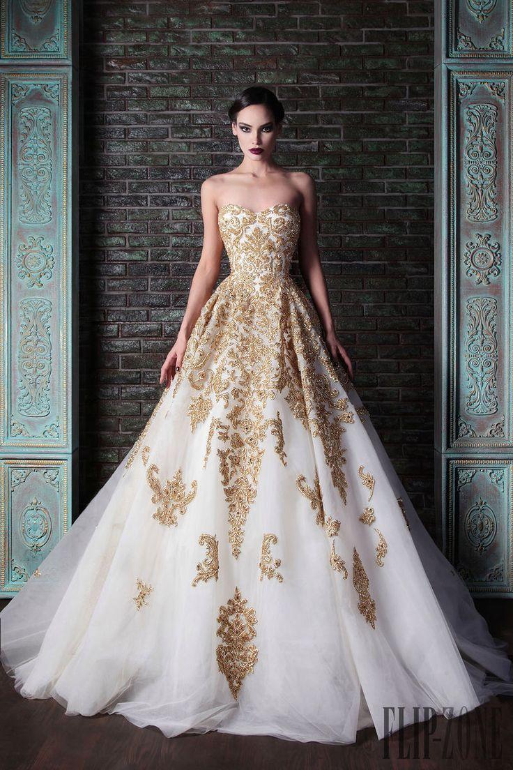 Robe de mariée blanche et dorée. Source photo