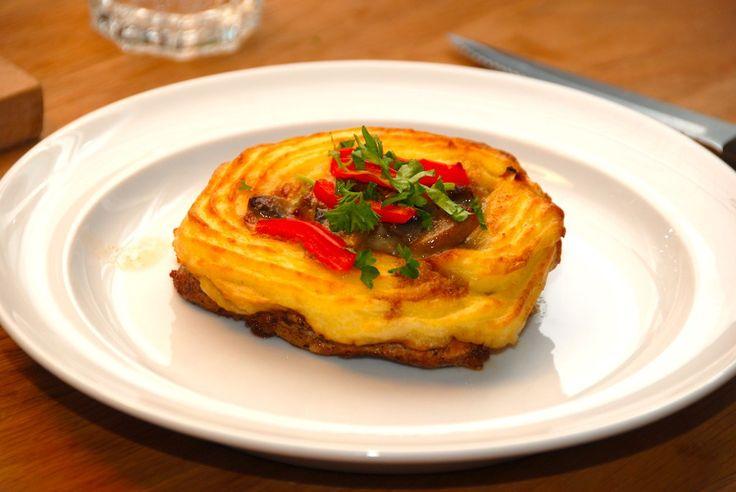 Koteletter med kartoffelmos er en ret i sig selv. Læg en rand af kartoffelmos på koteletterne. og kom en skefuld champignon a la creme i midten, inden du lægger lidt peberfrugt på toppen. Bages 20 minutter i ovnen. Foto: Guffeliguf.dk.