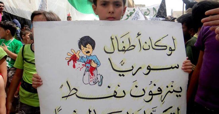 """Após três anos de conflito, a Síria é hoje um dos países mais perigosos para uma criança. A afirmação faz parte do relatório divulgado pelo Fundo das Nações Unidas para a Infância (Unicef), que estima em mais de 5,5 milhões o número de crianças afetadas pela guerra civil. """"Se as crianças sírias sangrassem petróleo o mundo inteiro estaria intervindo"""", diz o cartaz que este menino segura, durante uma manifestação contra as armas químicas utilizadas em  Damasco e Aleppo, na Síria.  Fotografia…"""
