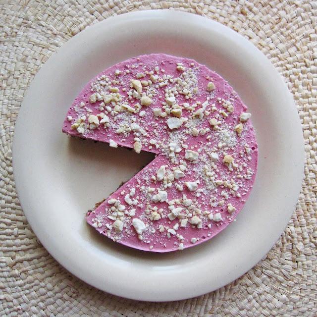 """Gâteau au """"fromage"""" : graines de lin, dattes, pruneaux, noix, amandes, noisettes, fraises, citron, cajous, sirop d'agave (ou plutôt d'érable) #curetonfoie"""