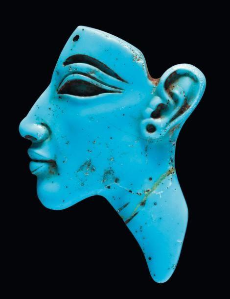 - Égypte Akhénaton, ca. 1353-1336 av. notre ère. Exceptionnelle figure d'incrustation représentant le visage d'Akhénaton. Il est de profil vers la gauche, l'allongement marqué et le modelé très soigné. L'oeil&hellip ./tcc/