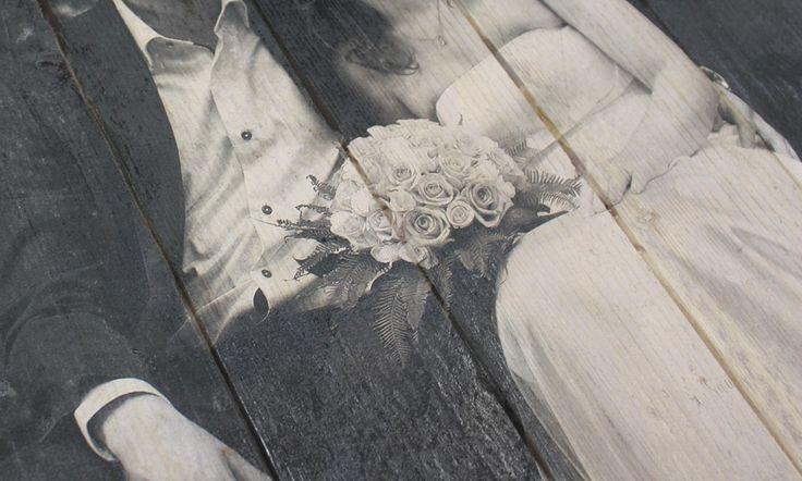 Trouwfoto op steigerhout | Geeft uw foto een robuuste en brocante uitstraling | Ook een foto op steigerhout? Bestel eenvoudig op www.timberprint.nl #fotoophout #steigerhout