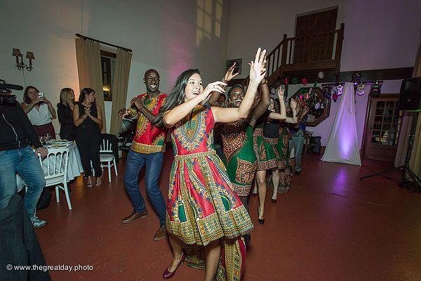 Mariage Afrikasia | La soirée - Entrée de salle sur une musique et chorégraphie africaine Kukere ! Au top , tenues sur mesure en wax pour tout le monde :)  | Crédit photo : www.TheGreatday.photo