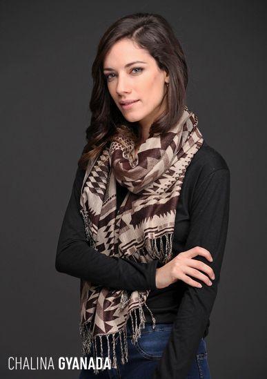 La Chalina Gyanada tiene un precioso diseño geométrico en tonos neutros y un formato rectangular que aporta textura y volumen a tu look.