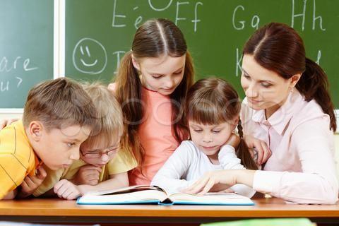 Stock photo of Портрет смарт-школьников и их учителя, чтение книги в классе(http://www.pond5.com/ru/photo/21313555/portret-smart-shkolnikov-i-ih-uchitelya-chtenie-knigi-v-klas.html?ref=ArtVik)