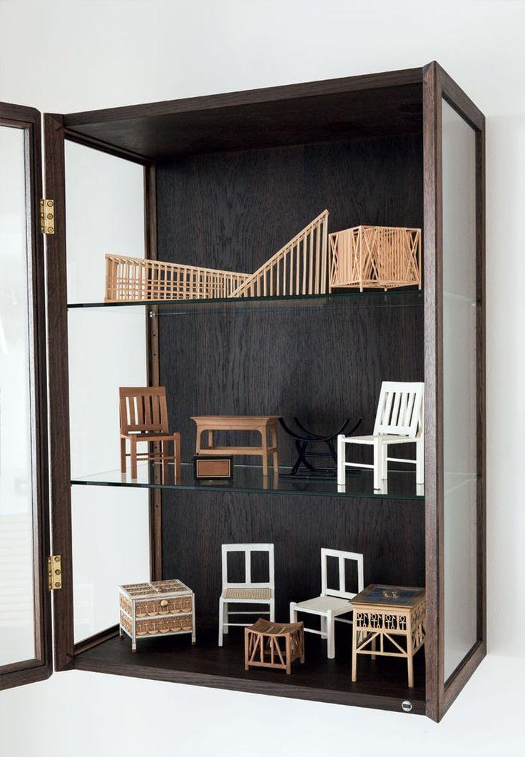 Glasskab med møbelmodeller