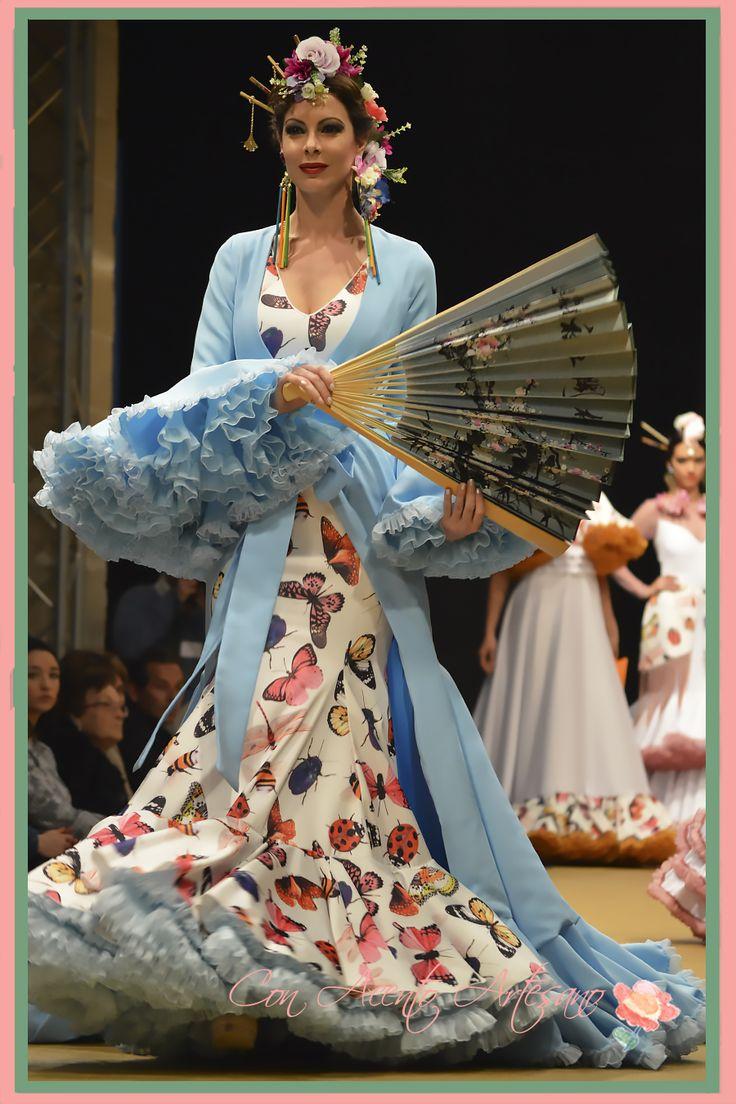 Traje de flamenca con estampado de insectos y abanico japonés de María Amador en Pasarela Flamenca Jerez Tio Pepe 2017