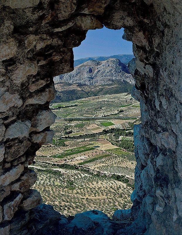 Visão da paisagem vinícola grega, através de um buraco na rocha, na Acrópole da cidade de Corinto (Foto: Domenico Pellegriti / Thinkstock)