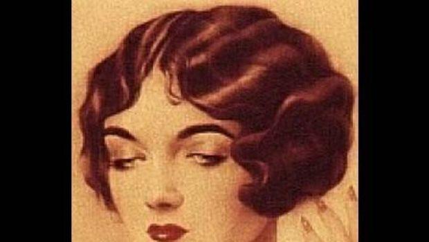 Acconciatura anni '20 per simulare i capelli corti