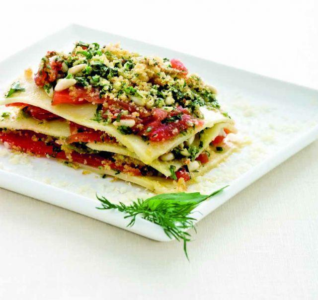 Lasagne di kamut con salsa cruda di pomodoro, pinoli e fiori di zucca Ricetta di Antonio Scaccio Foto di Laila Pozzo Tratta dalla rivista Cucina Naturale