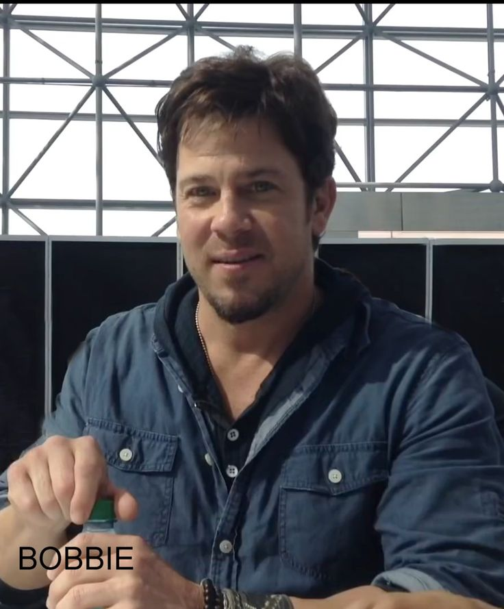 Christian Kane at the NYCC for #TheLibrarians 2015? please keep name on pic when sharing..