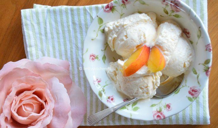 Nu mijn ijsmachine goedgekeurd is, ga ik natuurlijk lekker aan de slag met ijsrecepten bedenken. Zo ben ik met heerlijk rijpe perziken aan de slag gegaan voor dit perzik-roomijs recept. En omdat de perzikken zo zoet zijn, voeg ik enkel een klein beetje honing toe voor de smaak. Voor de rest is dit recept suikervrij, …