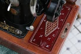 Картинки по запросу декупаж футляра швейной машинки