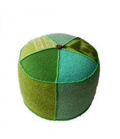 grote poef bekleed met retro wollen dekens in groentinten. Deze poef is 30 cm hoog en heeft een diameter van 50 cm. De poef is afgewerkt met neon-groen lockgaren. Ook te bestellen in andere kleurencombinaties, neem hiervoor gerust contact op!