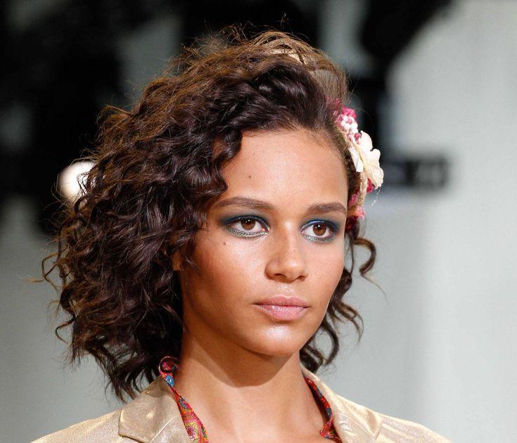 Permanente digital dá cachos naturais a cabelos lisos | All Things Hair - Dos especialistas em cabelos da Unilever