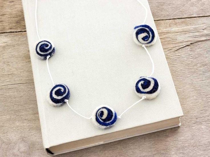 Kék és fehér nemez korong medál anyag nyakláncon