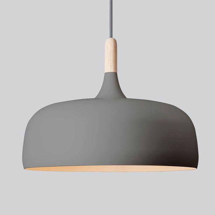 Acorn er designet av Atle Tveit. Inspirert av nordiske skoger, kombinerer denne organisk formede taklampen naturens skjønnhet i ett funksjonelt objekt. Lampen har et mykt, men likevel robust uttrykk noe som gir den et tidløst design. Lampen er laget i pulverlakkert aluminium med detaljer i eik eller valnøtt.