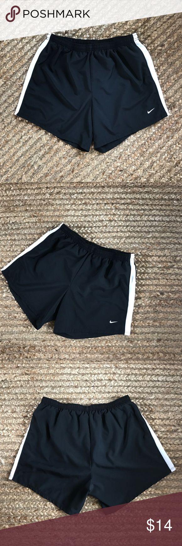Nike Shorts Schwarze Nike Shorts mit weißem Mesh-Material an den Seiten, …   – My Posh Picks