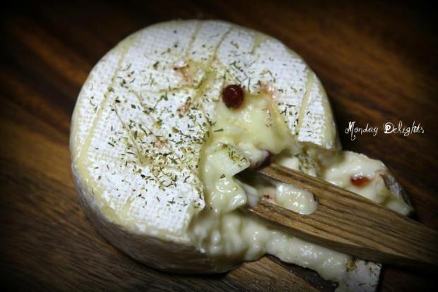 Запеченный камамбер с кленовым сиропом и чесноком