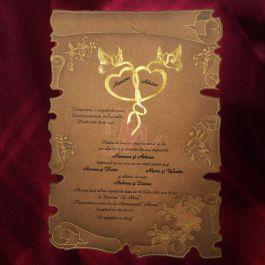 Invitatia infatiseaza o coala de papirus de culoare maro. Pe margini sunt inserate elemente florale si decorative aurii. In partea de sus, numele celor doi miri sunt incadrate de doua inimioare aurii si doi fluturi de aceeasi culoare. Cutia hexagonala, de culoare maro si pastrand aceleasi accente ca si invitatia, este inclusa in pret.   #invitatie de #nunta #mirese #miri #invitatii #elegante #originale
