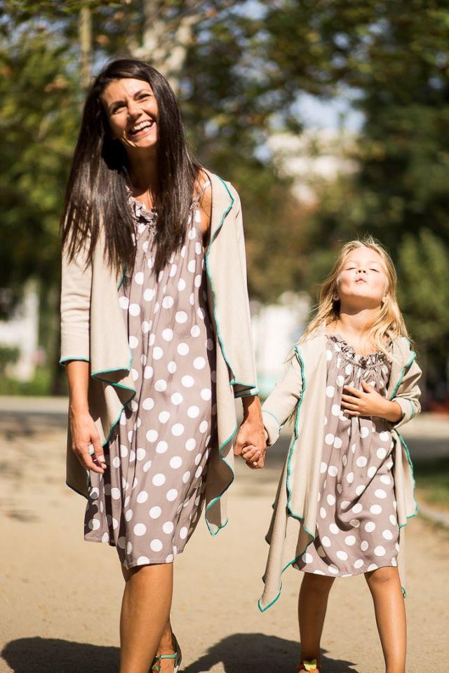 Set cardigane asortate mama-fiica potrivite pentru sezonul toamna. Pot fi purtate fata-verso.