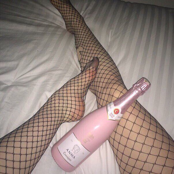 Ноги + колготки в сетку + розовая бутылка + девушка + кровать + тусовка