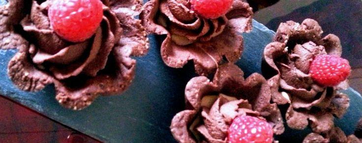 Crostata improvvisata, con fondo di frolla cacao e nocciole, cremino, mousse al fondente e lamponi, gelatina di pesche