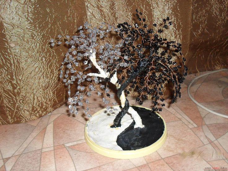 Деревья из бисера создаются самые разные, дерево из бисера инь янь состоит из черных и белых элементов, из зеленых деталей можно сплести елку из бисера.. Фото №3