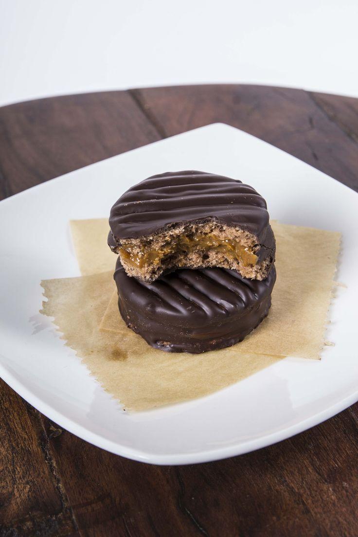 Alfajores chilenos con chocolate y manjar - chilean dessert cookie with chocolate and caramell - chilenische Kekse mit Schokolade und Karamell