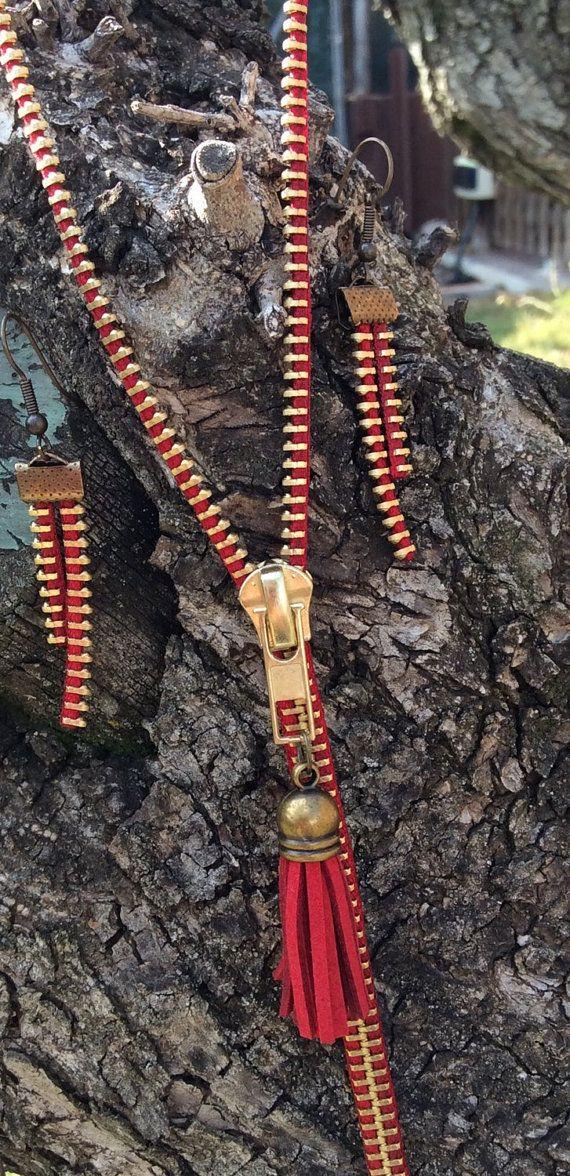 Collezione elegante fatto a mano con cerniere riciclato in pezzi rossi e metalliche in rame. Anche collana di rame rosso pompon e Cap. Orecchini con due diverse lunghezze con gancio rame. Il complemento perfetto.