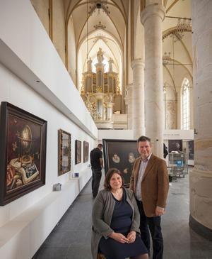 Het echtpaar Eva Kleeman en Daaf Ledeboer, organisatoren van de tentoonstelling in de Deventer Bergkerk.