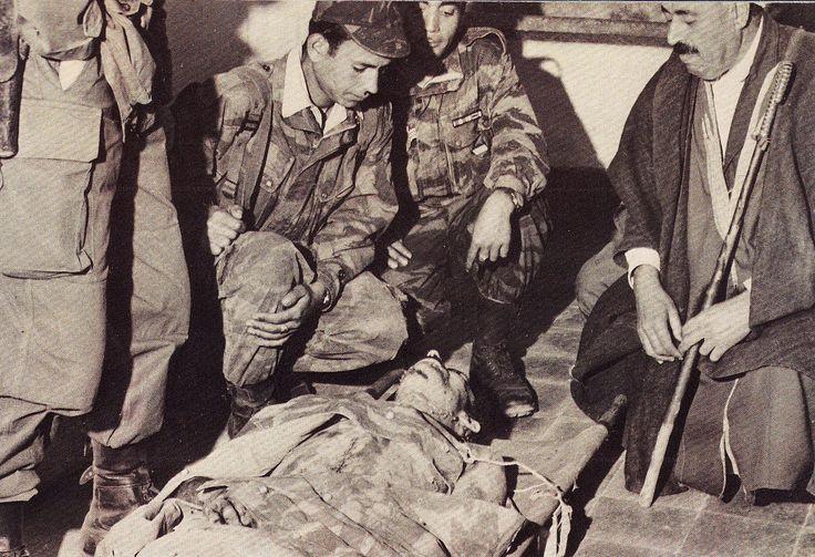 Mort du colonel Amirouche (mars 1959 à Boussada). Identification d'Amirouche par son cousin Ait Hamouda à gauche et deux parachutistes kabyles qui se penchent sur le corps du chef de la Wilaya III l'ont bien connu puisque ils faisaient partie de sa bande avant de rallier la France. Leurs noms : Hamagui Achour et Misara Amokrane