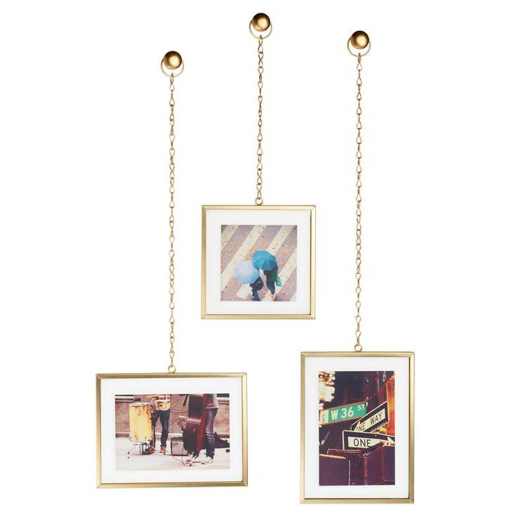 Набор из трех декоративных рамок для фотографий, каждая из которых подвешена на…