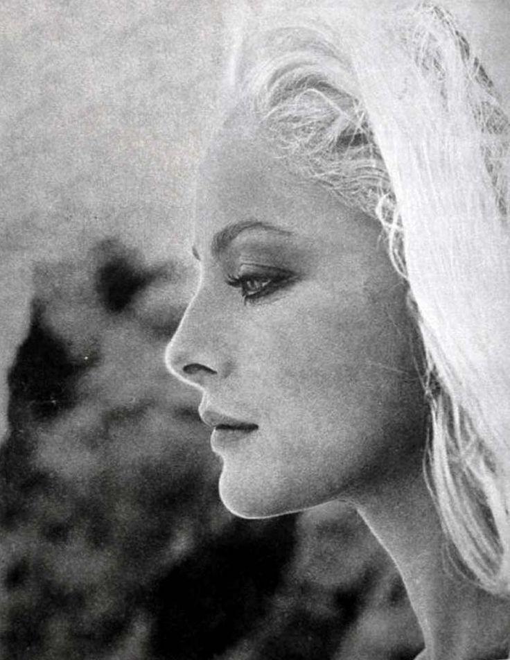 """Virna Lisi vient de nous quitter le 18 décembre 2014 à l'âge de 78 ans. Elle restera, à mes yeux, la femme de tous les temps, qui aura incarné, au sens profond : """"LA BEAUTÉ PARFAITE""""..... Cette photo de Virna est l'une des plus belles.... Comment pourrait-on oublier ce visage si parfait où se mélangent sensualité et fragilité ! Repose en paix, VIRNA !"""