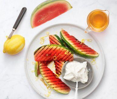 Att grilla vattenmelon blir saftigt och gott! Tillbehöret rör du enkelt ihop av riven citron, honung och lakritspulver. Tillsammans med grekisk yoghurt blir det en fräsch och smarrig avrundning som lär falla även den kräsnaste i smaken!