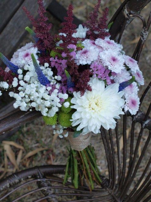 Ramo de novia silvestre y alargado, con verónicas y astilbe sobresaliendo