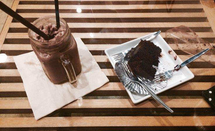 Tiffin Factory. Coco frappé + Choco cake